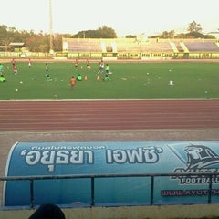 Photo taken at สนามกีฬาจังหวัดพระนครศรีอยุธยา by รงครัตน์ ต. on 1/7/2012