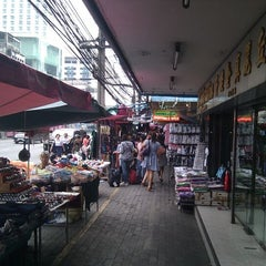 Photo taken at Indra Square (อินทราสแควร์) by Stafan G. on 1/27/2012