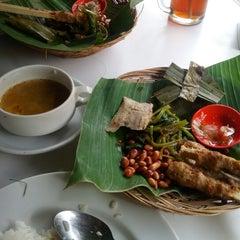 Photo taken at Warung Be Pasih by Agung Y. on 12/4/2012