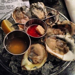 Photo taken at Hank's Oyster Bar by John T. on 11/16/2013