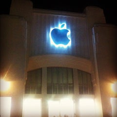 Photo taken at Apple Store, Lincoln Road by Cristian L. on 9/15/2012