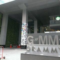 Photo taken at GMM Grammy Place (อาคาร จีเอ็มเอ็ม แกรมมี่ เพลส) by Khwan A. T. on 7/20/2013