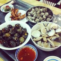 Photo taken at Hải Sản Hương Lan by YenCoi on 6/28/2013