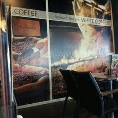 Photo taken at OldTown White Coffee by Ridzuan A. on 4/13/2013