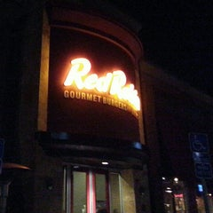 Photo taken at Red Robin Gourmet Burgers by Debbiie W. on 12/14/2014