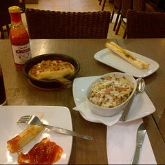 Photo taken at Pizza Hut by Hedy I. on 4/14/2014