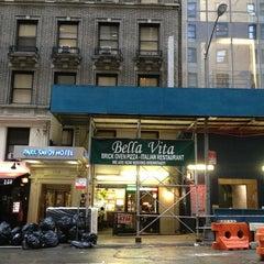 Photo taken at Bella Vita Pizzeria by Hirotoshi B. on 8/9/2013