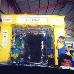 Photo taken at Bali Wisata Automatic Car Wash by Chelly ✌. on 12/18/2013