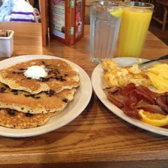 Photo taken at Cracker Barrel Old Country Store by Carver W. on 10/11/2012