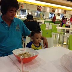 Photo taken at FoodPark @ Central Plaza Phitsanulok by ประนอม เ. on 10/4/2013