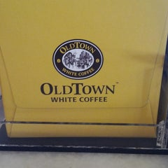 Photo taken at OldTown White Coffee by Zainal Abidin S. on 4/14/2013