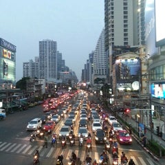 Photo taken at แยกอโศก (Asok Intersection) by Oakxie on 2/1/2013