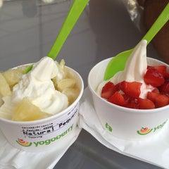 Photo taken at Yogoberry Original by Samira Assed on 12/29/2012