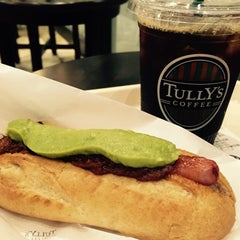 Photo taken at TULLY'S COFFEE 飯田橋ガーデンエアタワー店 by まさ・なち リ. on 7/30/2015