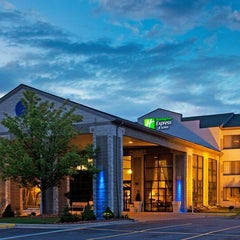 Photo taken at Holiday Inn Express & Suites Grand Rapids Airport by Kristan L. on 12/16/2014