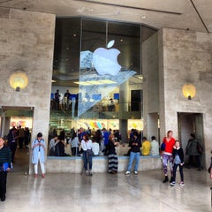 Photo taken at Apple Store, Carrousel du Louvre by Jerry K. on 5/8/2013