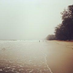 Photo taken at ชายหาดสวนสนประดิพัทธ์ (Suan Son Pradipat Beach) by Hotdog B. on 1/29/2013