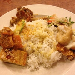 Photo taken at Kim Bau Zai Vegetarian Restaurant by Aedewan A. on 2/11/2013