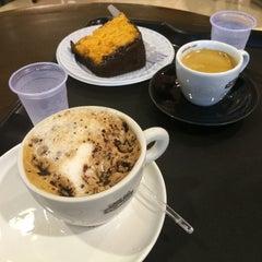 Photo taken at Café do Ponto by Dani A. on 12/5/2014
