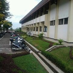 Photo taken at Gedung Ilmu Komputer (GIK) by Yudi W. on 3/30/2011