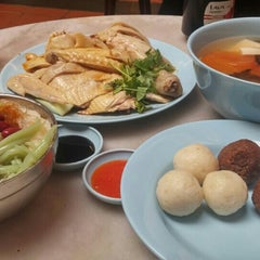Photo taken at Famosa Chicken Rice Ball (古城鸡饭粒) by Grace M. on 7/9/2015