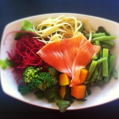 Photo taken at Fresh Boxx Salad Café (เฟรชบ็อกซ์ สลัดคาเฟ่) by Nisakorn K. on 1/8/2013