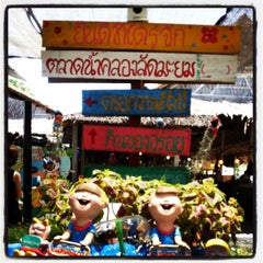 Photo taken at ตลาดน้ำคลองลัดมะยม (Klong Lat Mayom Floating Market) by KhuMkhim L. on 3/31/2013