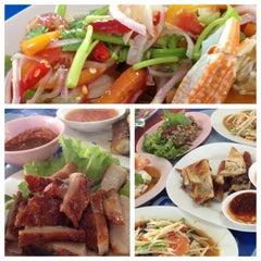 Photo taken at ไก่ย่างนายแสน คลอง 2 by Nuum P. on 12/23/2012