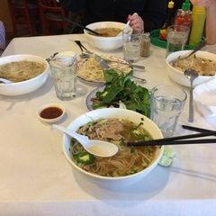 Photo taken at Hoanh Long Restaurant by Alejandro L. on 1/1/2015