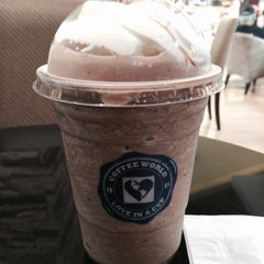 Photo taken at Coffee World (คอฟฟี่ เวิลด์) by Lynhdan N. on 6/13/2015
