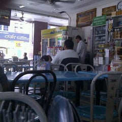 Photo taken at Restoran Fareed by Bajonz J. on 12/14/2011
