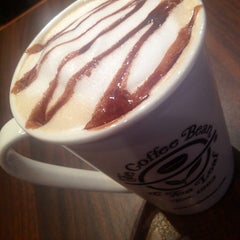 Photo taken at The Coffee Bean & Tea Leaf by Maita T. on 6/2/2013
