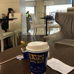 Photo taken at Coffee World (คอฟฟี่ เวิลด์) by Cherd K. on 3/17/2015