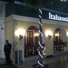 Photo taken at Italianni's by Fernando C. on 12/15/2012