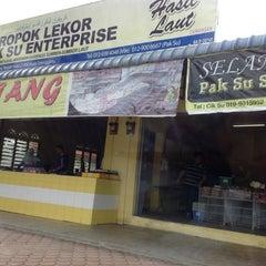Photo taken at Keropok Lekor Pak Su by Alif M. on 8/11/2013