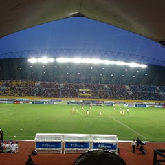 Photo taken at Stadion Gelora Sriwijaya (GSJ) by amoyanie . on 3/9/2013