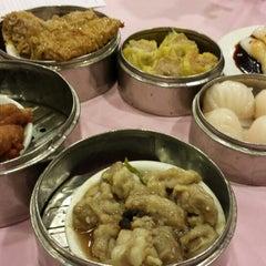 Photo taken at HoWong Restaurant 好旺 by Jade K. on 3/19/2014