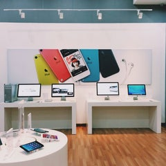 Photo taken at Switch (Apple Premium Reseller) by Fitry Y. on 11/4/2013