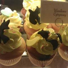 Photo taken at Lola's Cupcakes Złote Tarasy by Diskobicz on 10/30/2012