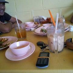 Photo taken at Restoran Vicchuda Meru Indah by Eddy Z. on 12/25/2012