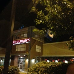 Photo taken at Houlihan's Restaurant + Bar by Eduardo A. on 9/1/2013