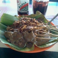 Photo taken at Sate Padang Triadi by utama l. on 9/14/2012