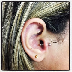 Photo taken at Simple Tattoo Piercing by Leandro R. on 2/9/2015