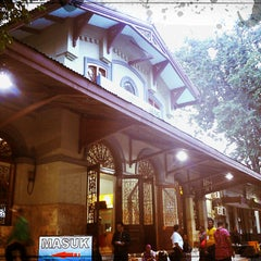 Photo taken at Stasiun Surabaya Gubeng by Fis I. on 3/15/2013