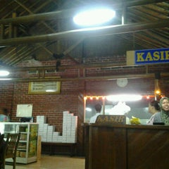 Photo taken at Warung Lesehan Rumadi by Tegar W. on 7/28/2013