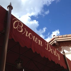Photo taken at The Hollywood Brown Derby by Tavis on 11/11/2012
