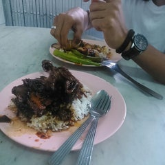 Photo taken at Restoran Nasi Kandar Ali by Azzah A. on 12/21/2014