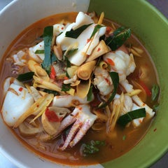 Photo taken at ข้าวต้มปลา (ตรอกถั่วงอก) by Ammarin C. on 9/20/2015