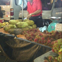 Photo taken at Pasar Malam Changloon by Abdul Gafar Y. on 1/23/2013