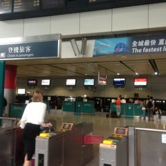 Photo taken at MTR Hong Kong Station 香港站 by ma_ s. on 4/23/2013
